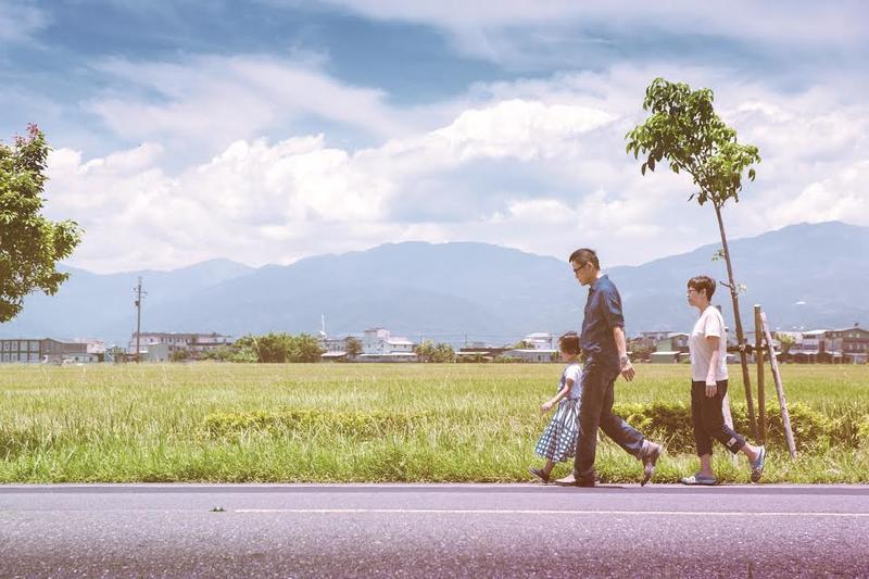 羅大佑帶著一家三口到宜蘭拍攝宣傳照,呈現天倫之樂。