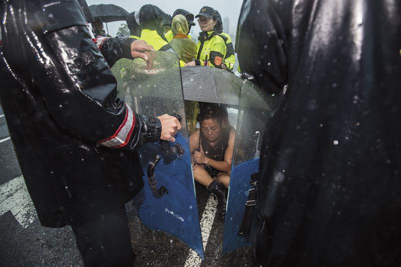 巴奈在凱道的第100天,當天下起近年罕見的大雷雨,警方趁勢發動攻勢,將帳篷等清除殆盡。巴奈在傾盆大雨中被警察包圍,動彈不得。