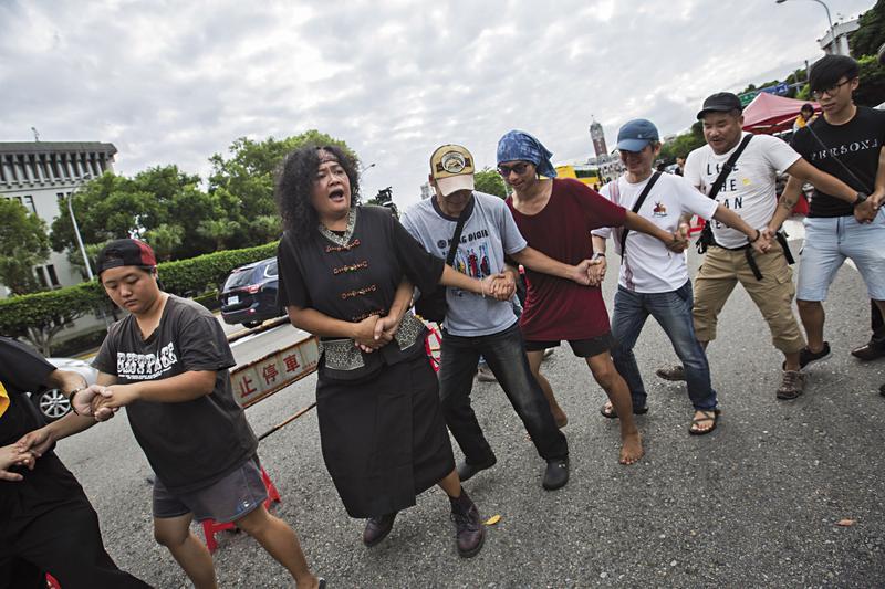 凱道部落時有藝術文化活動的進行,巴奈(左2)身著部落服裝,帶前來支持的親友民眾唱跳原住民部落歌謠。