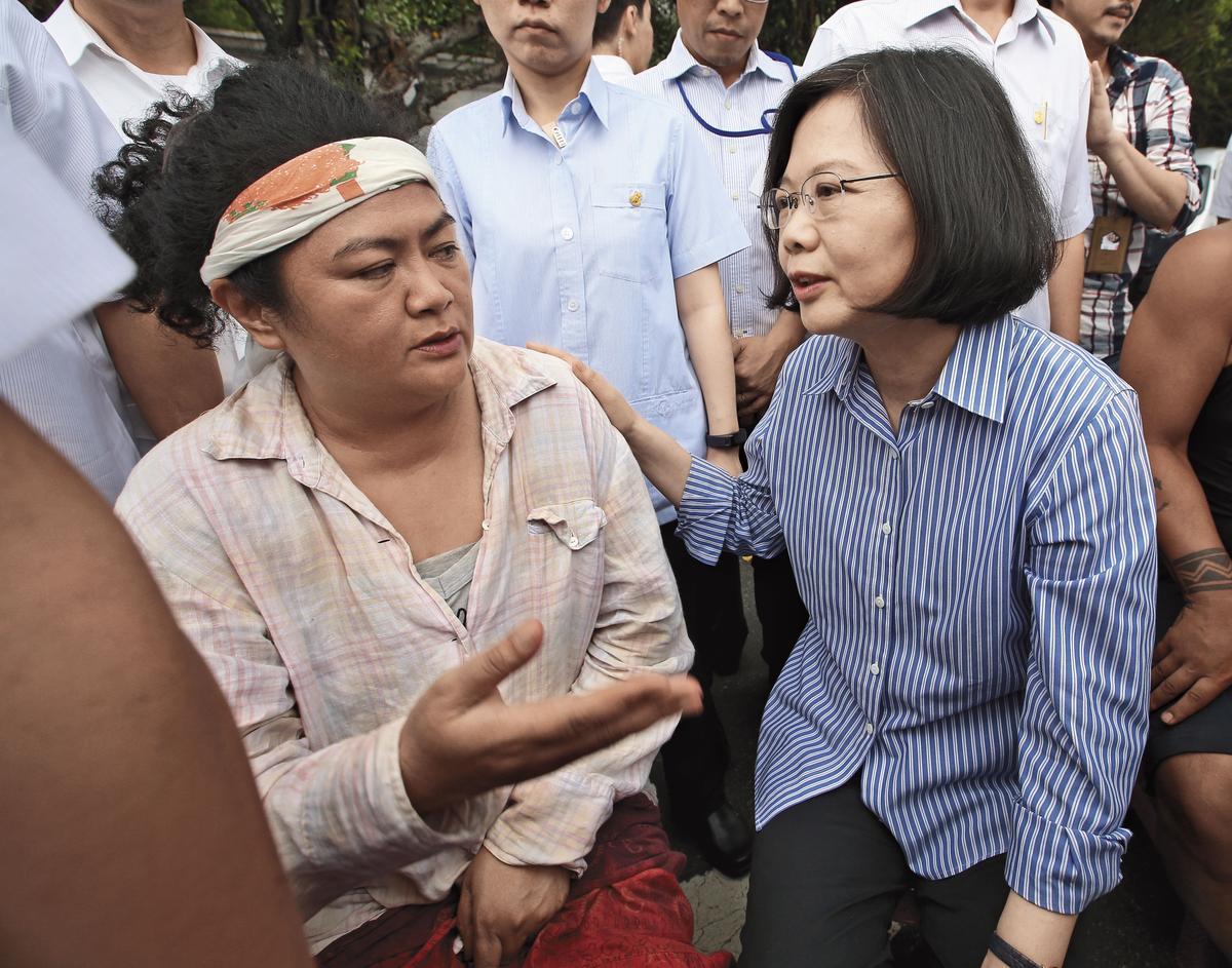 去年8月3日,巴奈(左)上凱道抗議,總統蔡英文(右)曾前來獻上擁抱,並拍胸脯說:「你們在這裡(心裡)啊!」(聯合知識庫)