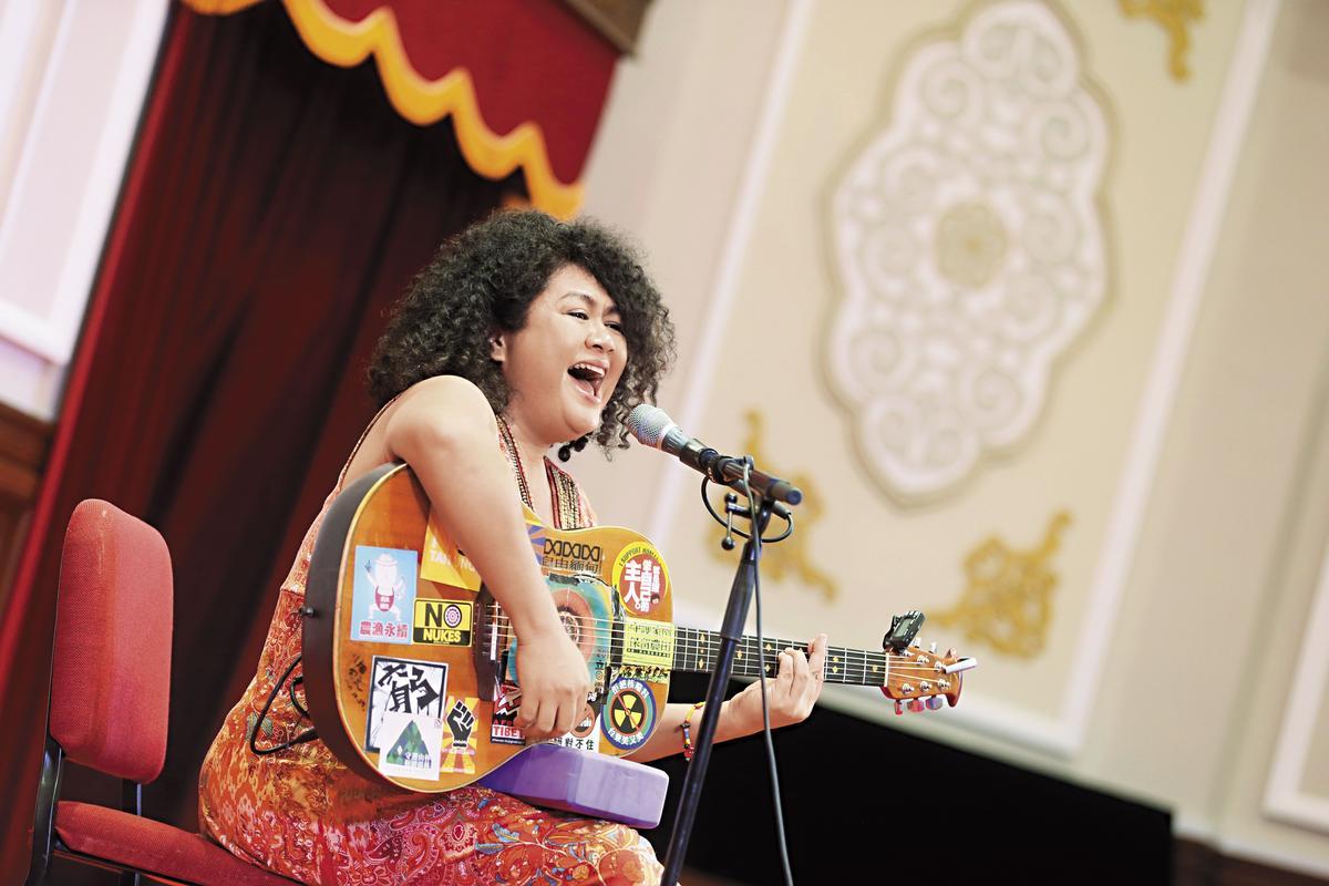 去年11月19日,巴奈受邀在總統府音樂會中演唱。蔡英文總統致詞表示,這次邀請的音樂家,「都是我心目中台灣的聲音。」(總統府提供)