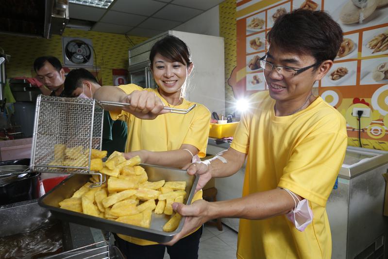 曾經聲名大噪的博士雞排創始人宋耿郎(右),去年底迎娶小他12歲的妻子周善鈞。
