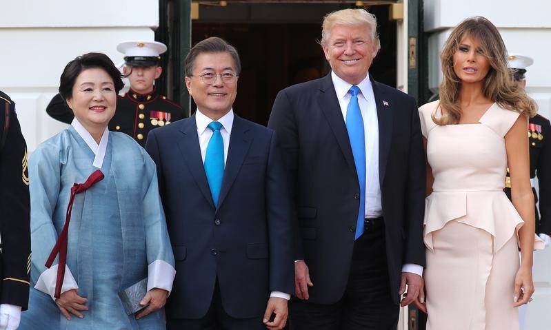 美國新政府第一次放行對台軍售,顯示川普對中國已漸失耐性。圖為川普夫婦會晤來訪的南韓總統文在寅。