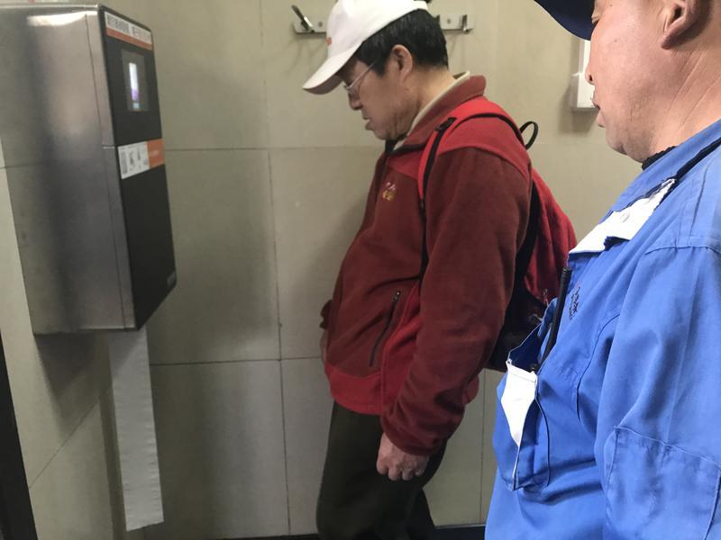 北京天壇公園的公共廁所,日前裝設「人臉識別廁紙機」,限制民眾領用的衛生紙量。