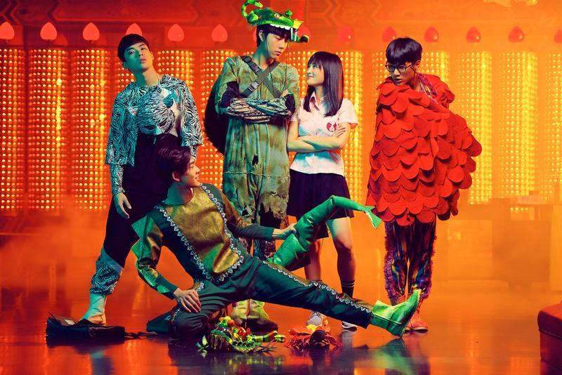 蔡凡熙(左二)和死黨組成「神獸團」,助他狂追由王淨(右二)演出的校花曼麗。