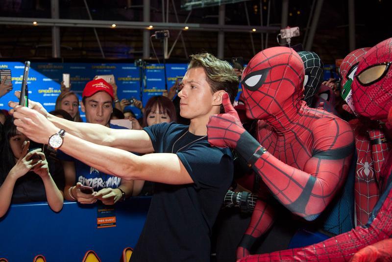 湯姆霍蘭德在《蜘蛛人:返校日》新加坡首映大秀親民,未因成名恃寵而驕。(索尼影業提供)