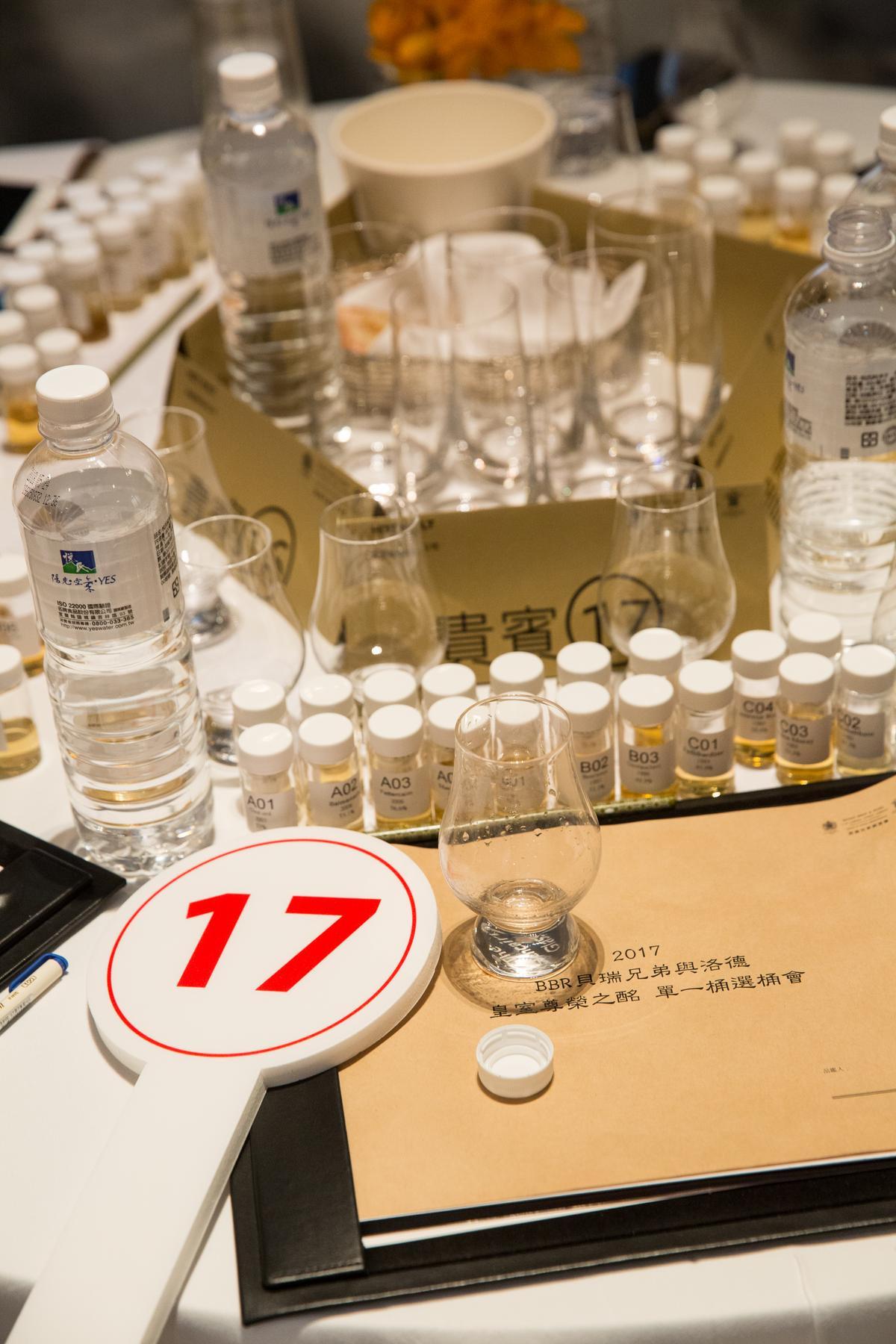 在選桶會的拍賣現場,每位來賓分三梯次品飲19支小樣品酒。