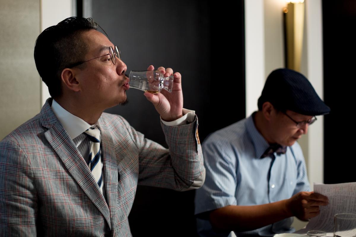 威士忌達人林一峰(前)受邀與來賓分享品飲心得。