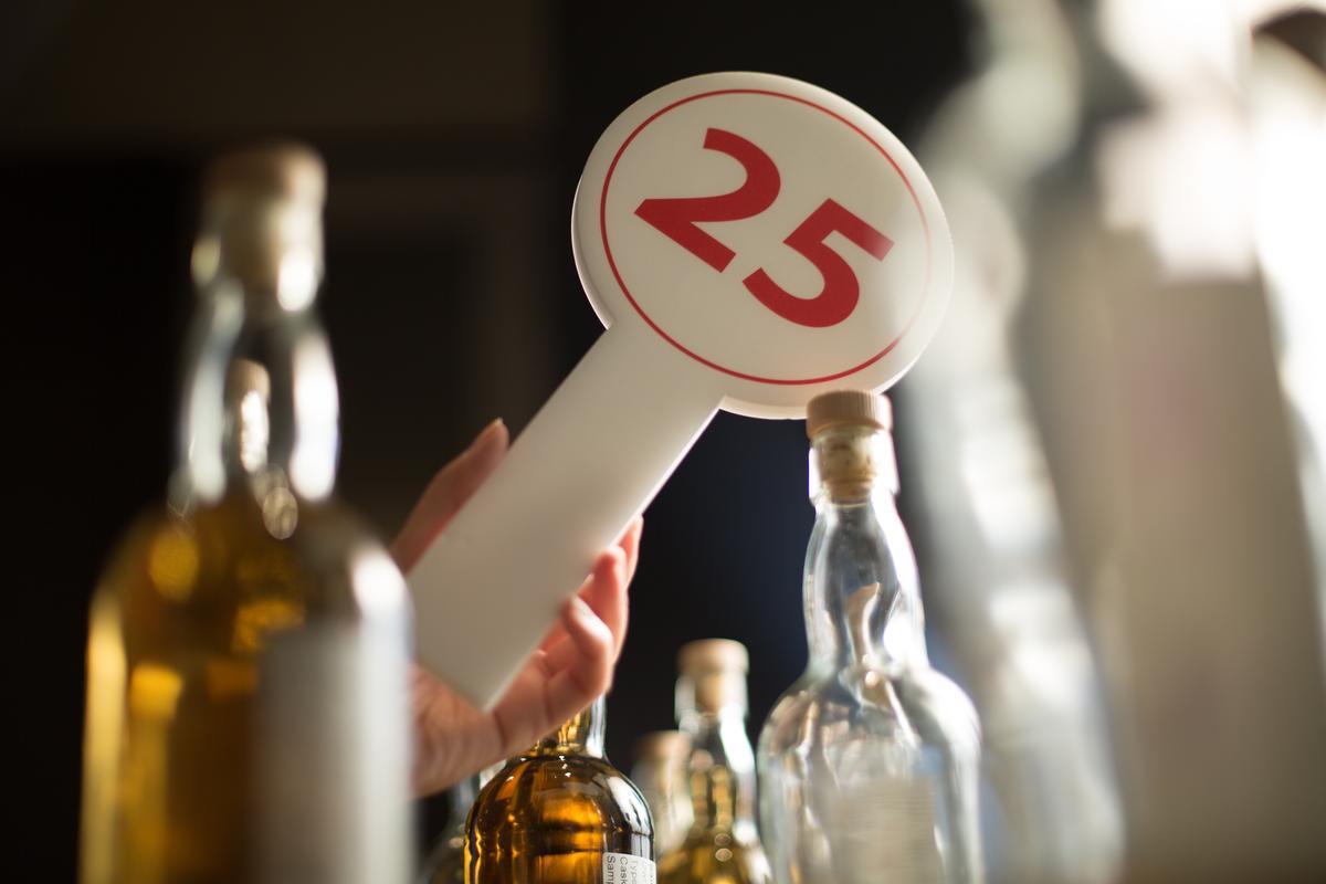 每桶價格透明顯示在屏幕,來賓經過品飲後,決定是否舉牌包桶。
