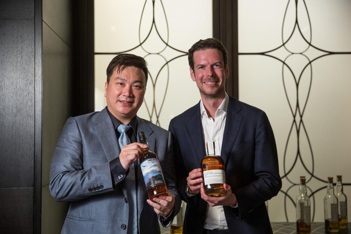 豪邁國際總經理廖家興(左)推動獨立裝瓶市場不遺餘力。