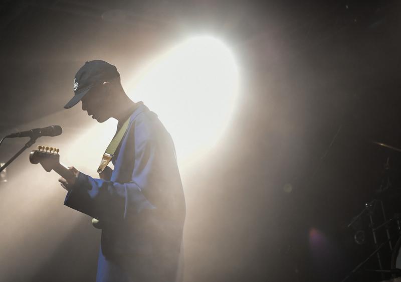 hyukoh主唱吳赫深具個人特色,全場以中文跟粉絲互動。