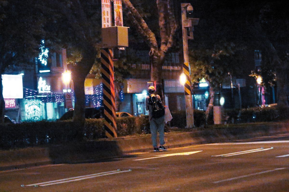 大半夜的,曾沛慈就這樣走在快車道,實在太危險了。