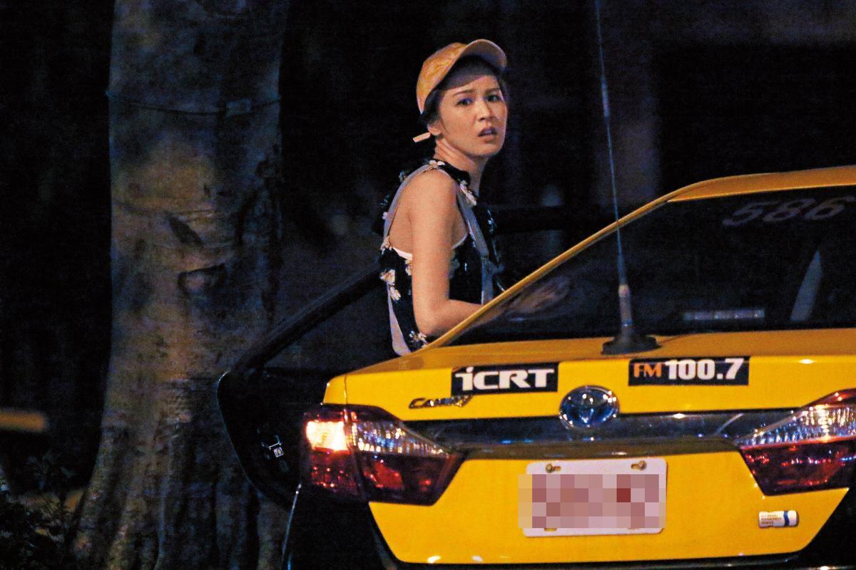 計程車拋錨,曾沛慈有點無奈的下車。