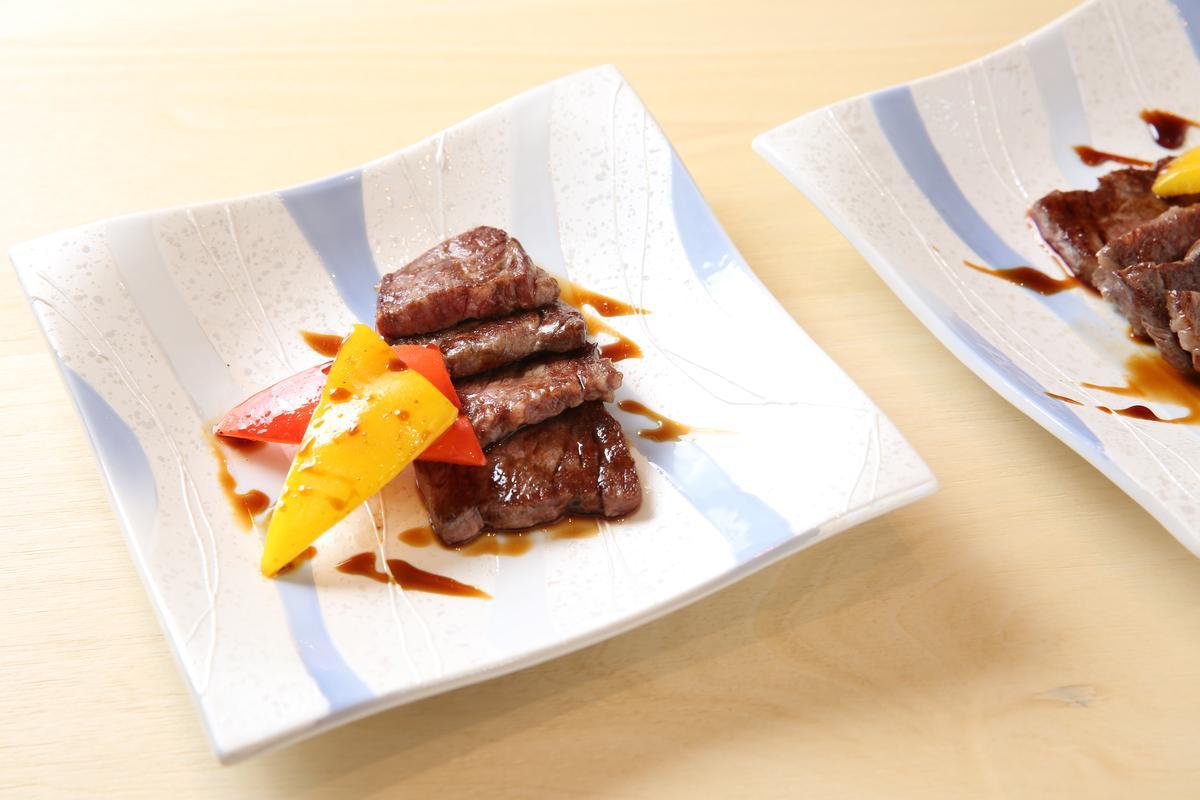 「翼板」抹上壽喜燒醬,增添鹹甜味。