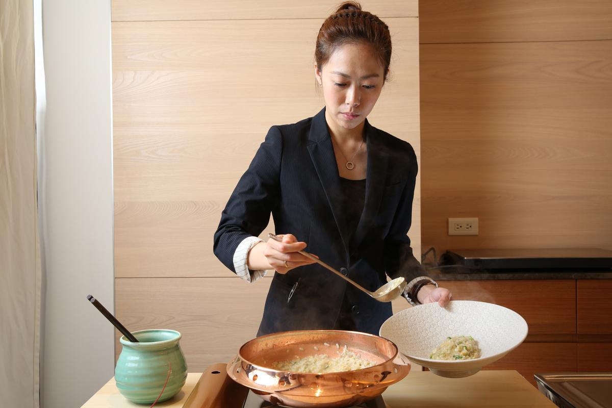 餐廳副理Amy現場熬煮龍蝦粥。