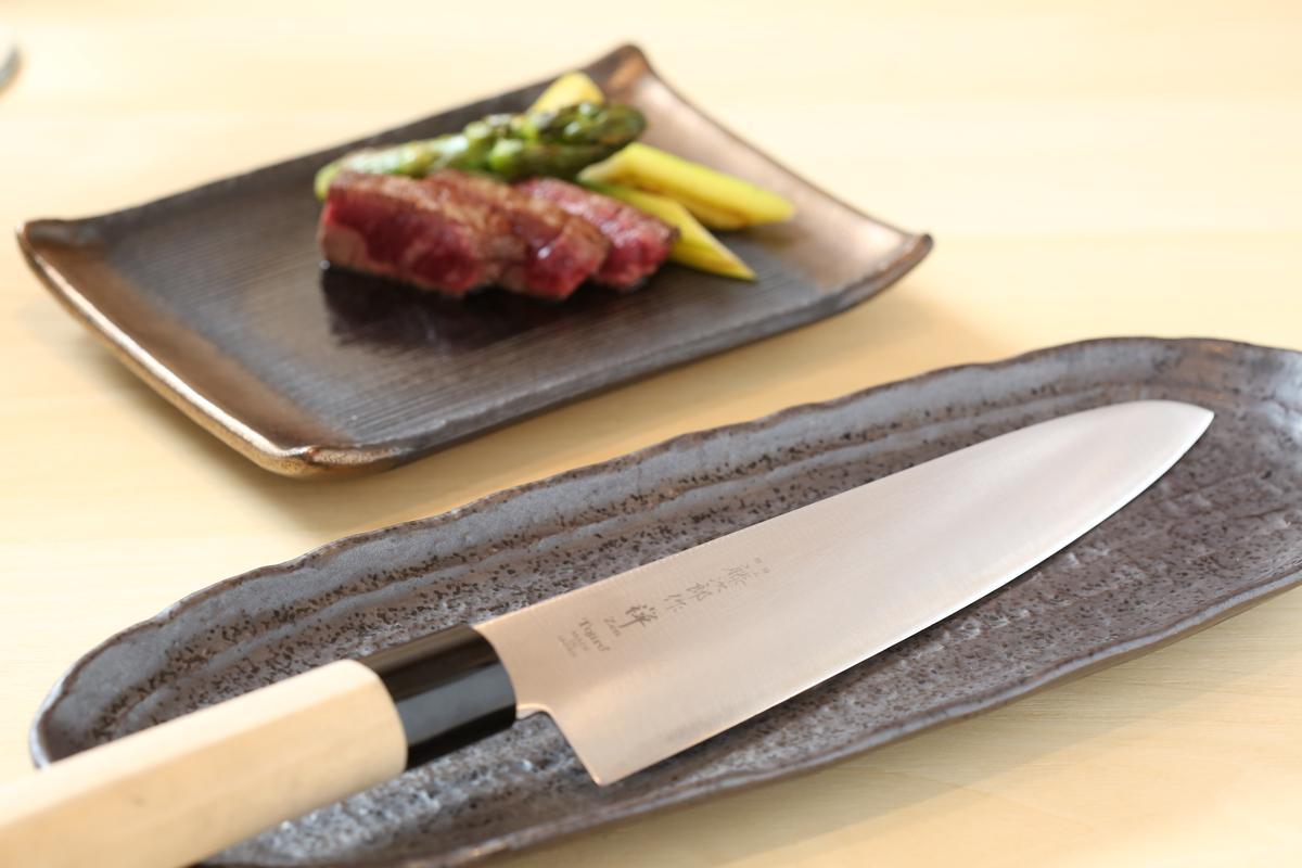 鐵板燒料理刀具採用日本「藤次郎」禪系列。