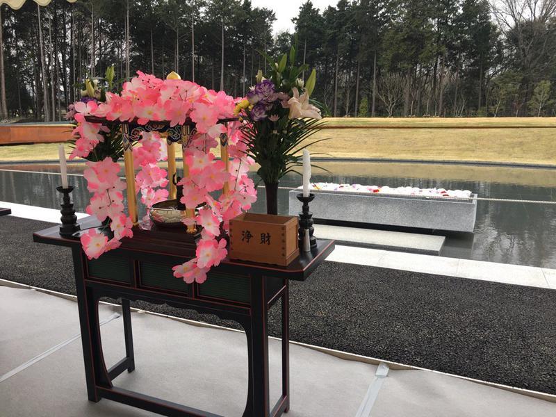 「風之丘」舉辦首次聯合奠祭,住持誦經巡墓。