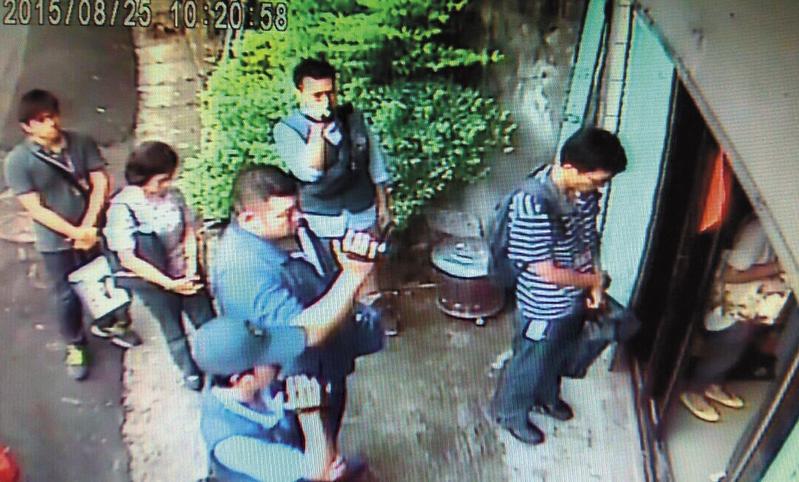 2年前,大批人馬突襲吳女的酒廠,要求進入搜索。