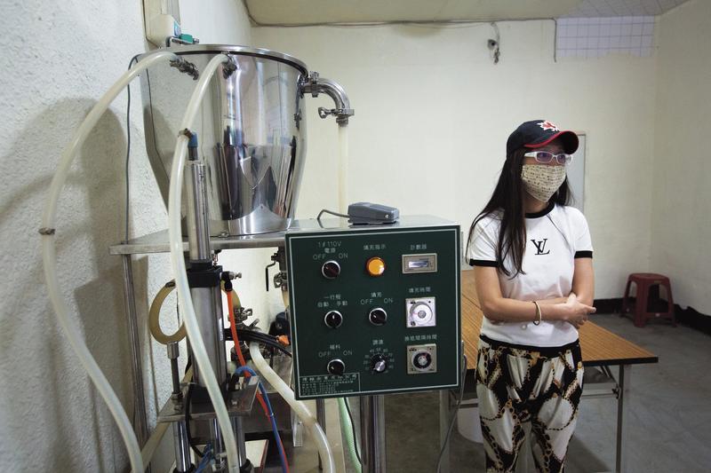 吳女站在已停擺的釀酒機器旁,向本刊指控遭到菸酒科不當對待。