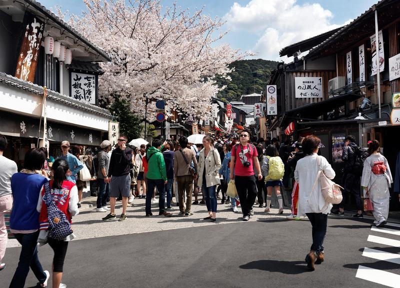 通往清水寺的松原通擠滿了遊客。