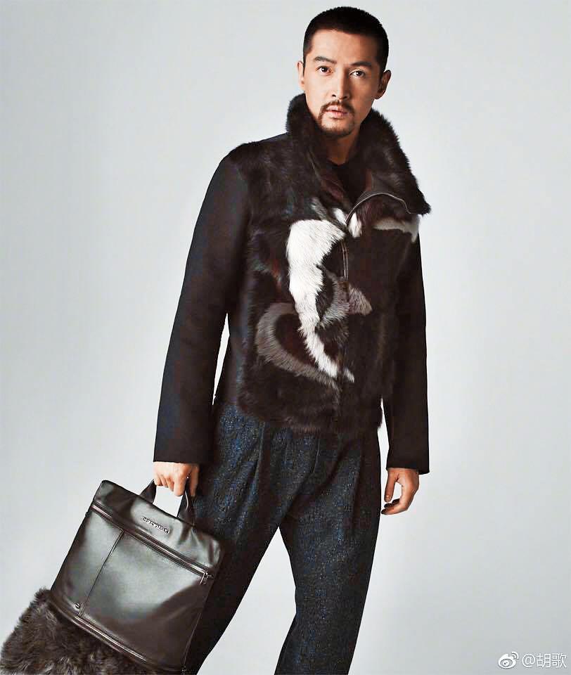 胡歌穿著一身勁裝拍攝EA廣告,造型時尚令人耳目一新。(翻攝自胡歌微博)