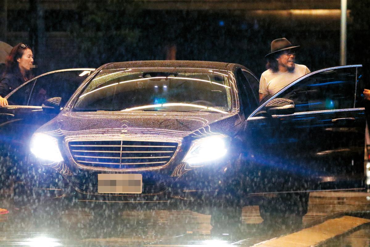 離去時,張菲居然跟一長髮女子同車,大家不要誤會,那是經紀人。
