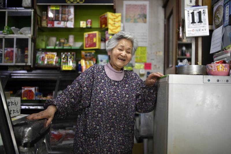78歲的內田奶奶和86歲的丈夫在東京開了個小小的雜貨店,60年來每週工作五天,兩人都打算工作到不能動為止。(東方IC)