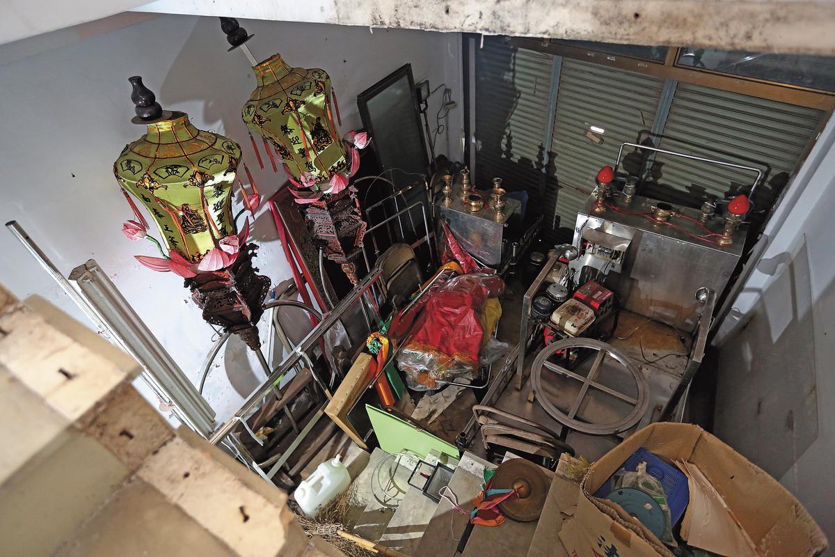 崔曉菁15年前慘死在家中客廳,如今堆滿宮廟雜物,透出一股古怪氛圍。