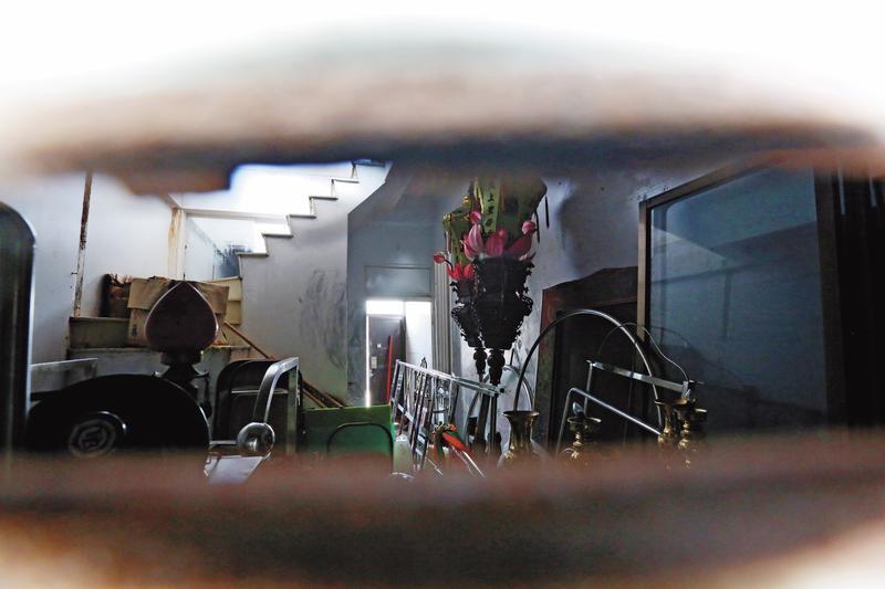重返案發現場,從前門的投信口望進去滿是雜物。