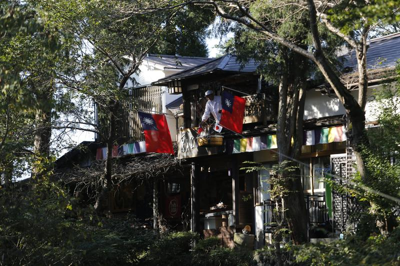 「郭公屋」有百餘年歷史,據說店名源自糰子從天「滑降(かっこう,音同郭公)」,老闆掛上國旗歡迎台灣客人。