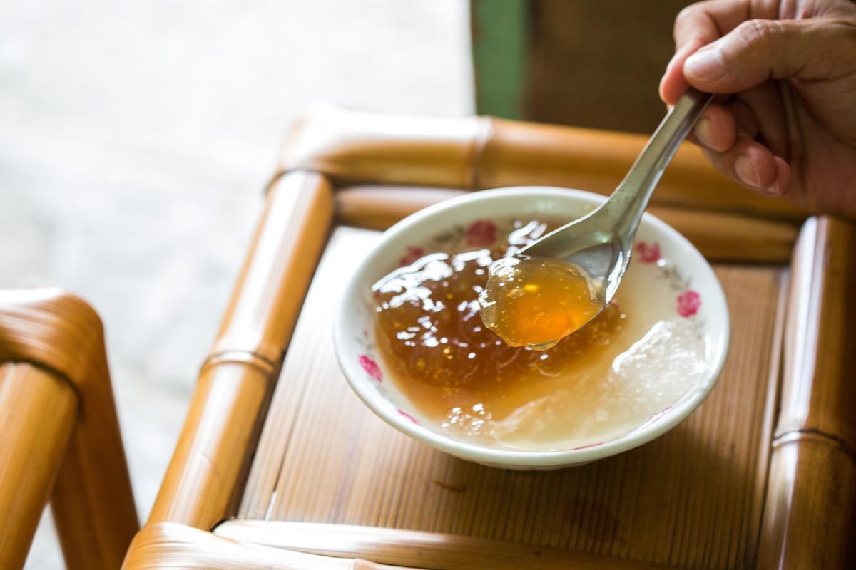 以黑糖加紅心正番薯粉樁搗成的「粉粿冰」,口感黏滑咕溜。(35元/碗)