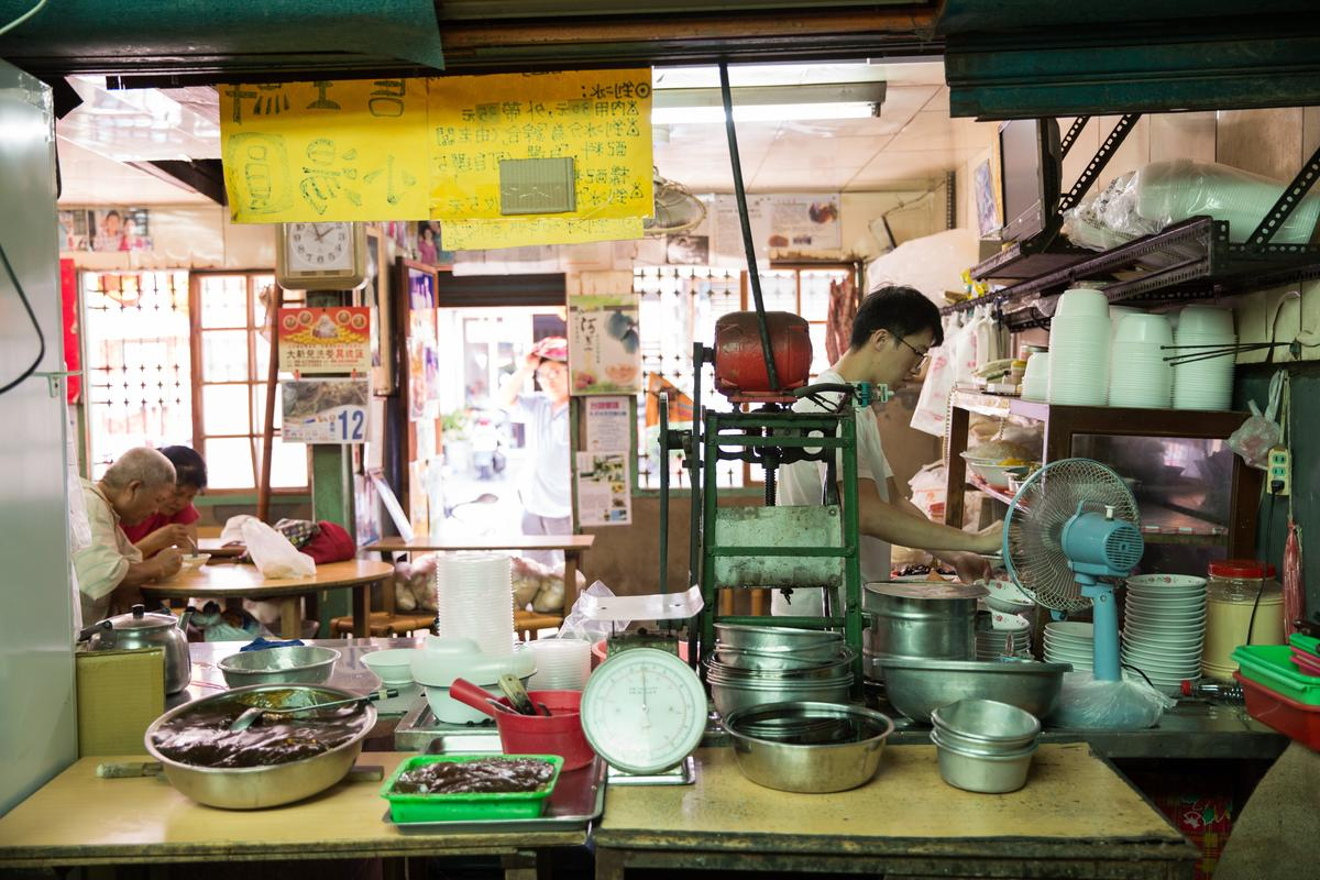 「龍泉冰店」的剉冰滋味和空間都有濃濃古早味。