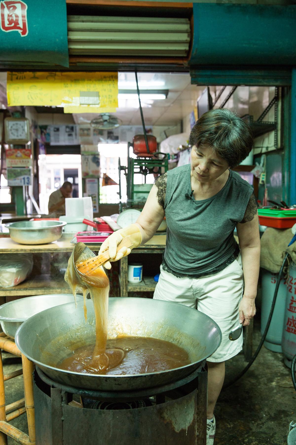 「龍泉冰店」第三代的媳婦朱淑美年輕時,本來是中央市場裡裁縫店的「阿妹仔」,楊家特別請人去朱家做媒,她懷3個孩子時也都站在剉冰機前剉冰,她形容真怕肚皮上的冰水讓嬰兒感冒了。
