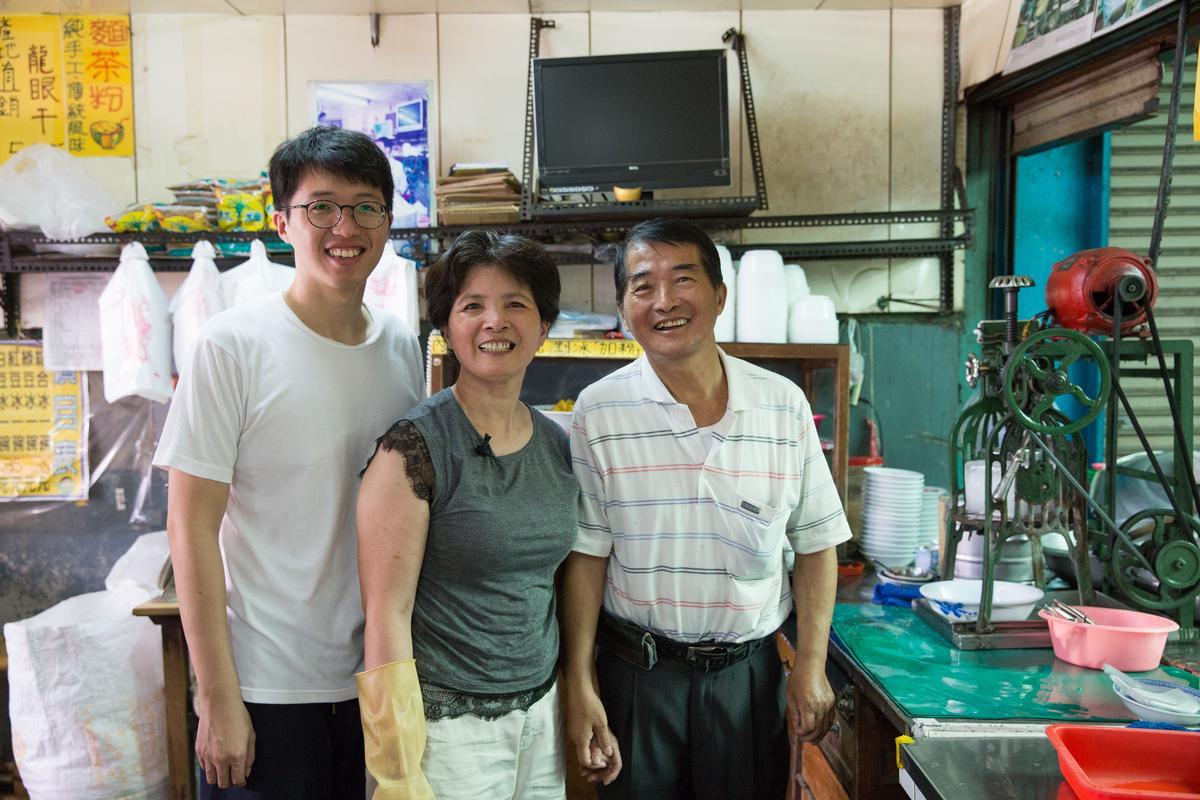 「龍泉冰店」目前由第三代楊海龍(右)、太太朱淑美和第四代楊竣翔共同經營,這家人相互體貼,堅持食材手工製作及對客人的心意,展現老店獨有的魅力。