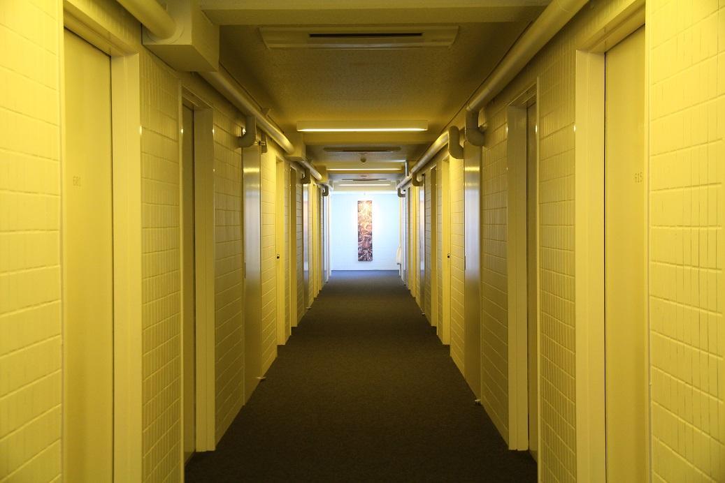 黃光灑在白色磁磚的走道,是房間的樓層空間,感覺很奇幻。