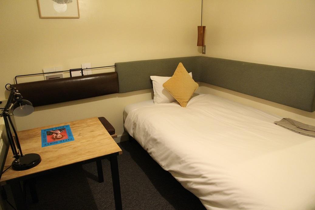 房間內部簡簡單單,書桌與床鋪比一般商務旅店多了一點色彩而已。