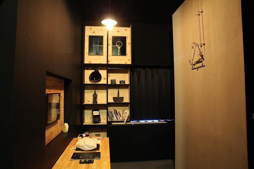 整片黑色和木頭色空間的藝術房間,燈開亮一點,才勉強拍下。