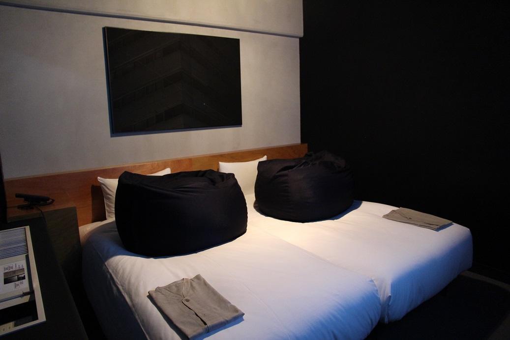 床上的軟骨頭也是全黑的,據說這間房間因為特別古怪,是藝術房型中最受歡迎的,時常滿房。