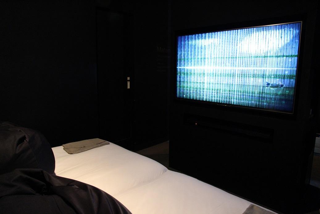 床前的電視沒有其他節目,就只有線狀影像,偶爾有小車小人經過。