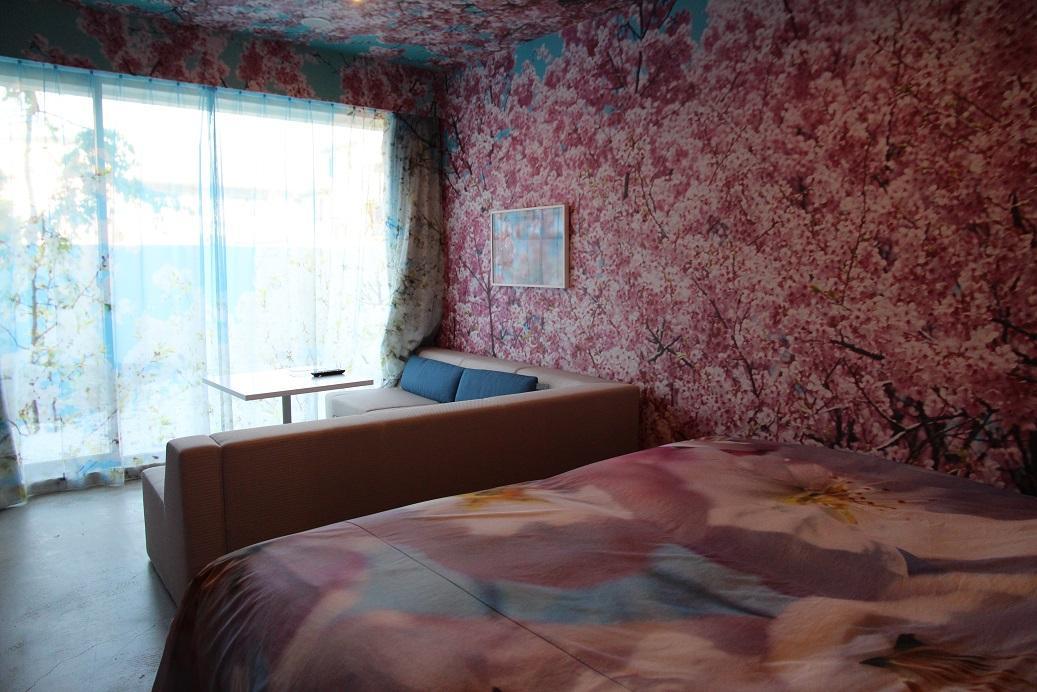 「蜷川實花」的房間,迎面而來是整片的粉紅色櫻花。