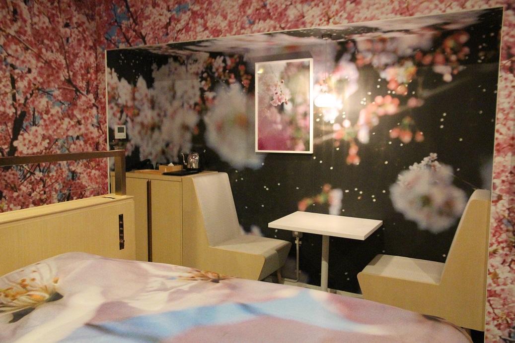 房間的椅子區域,也全是櫻花。