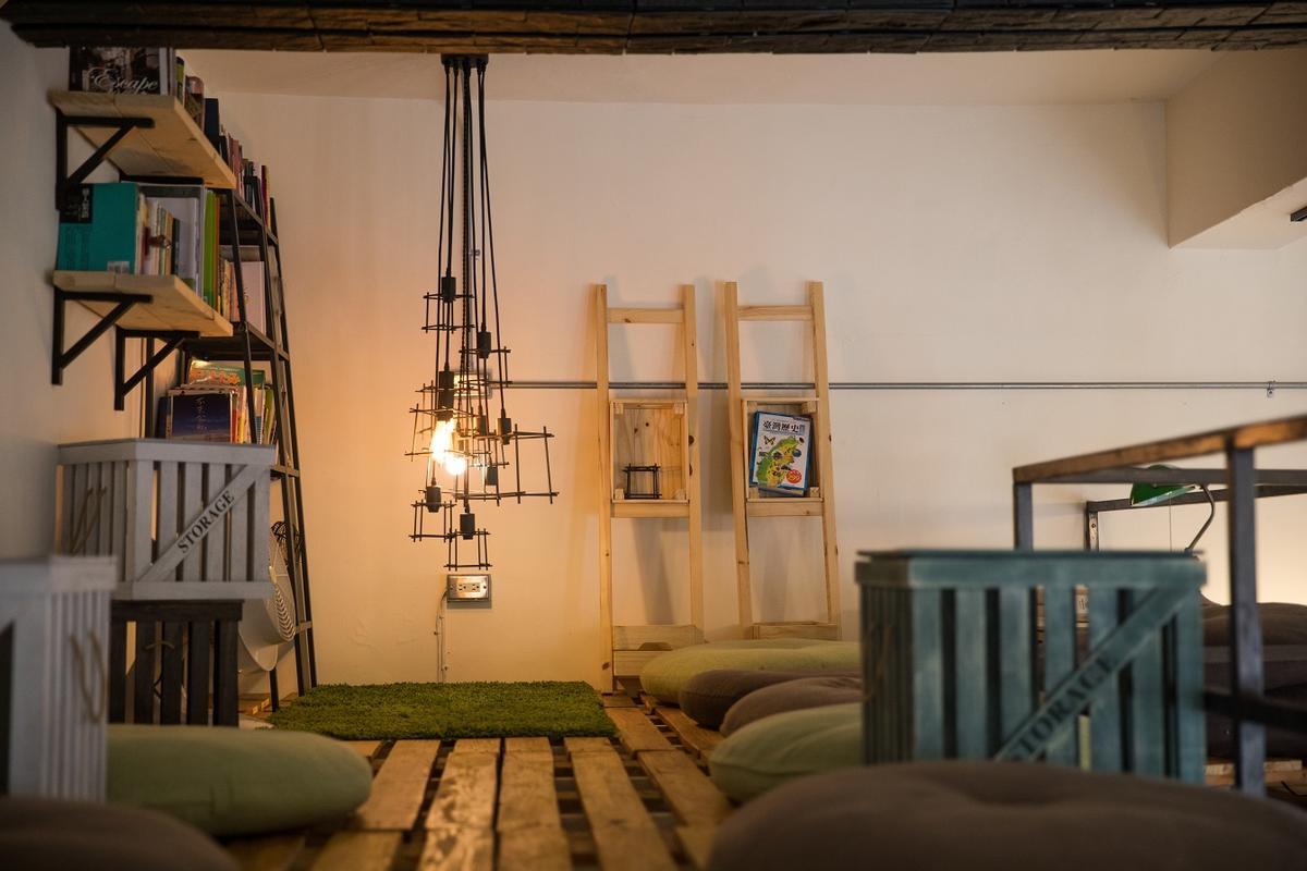 在2層樓半的閱讀空間,可以俯瞰整片帳篷景觀。