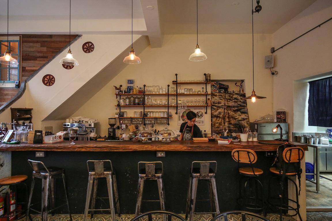 一樓是咖啡館空間,晚上會變成酒吧。
