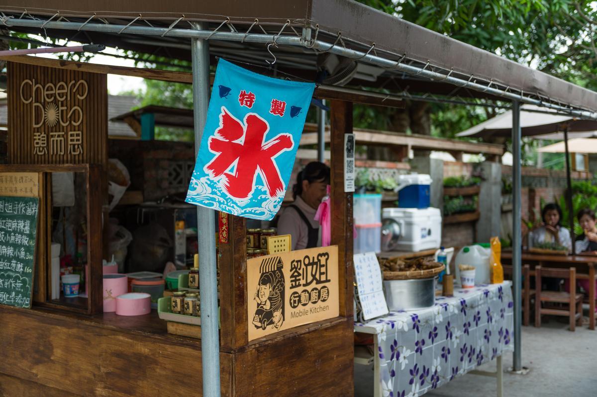 劉姐姐的攤位即廚房,也提供座席供客人現場享用。