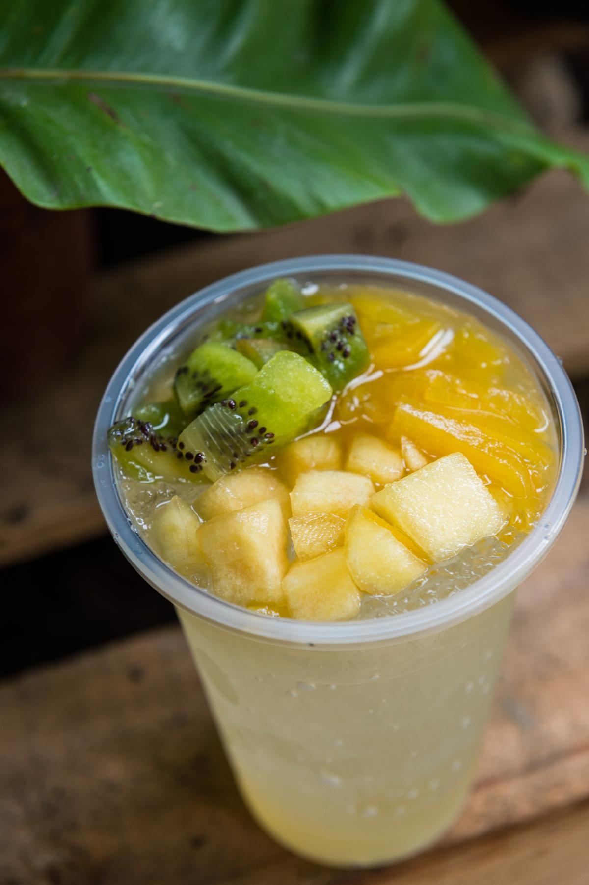 劉姐以醃漬水果製成的冰品,滋味單純卻美味,解暑也解辣。(50元/杯)