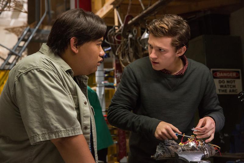 《蜘蛛人:返校日》劇情多數在描寫彼得帕克的高中生活,有校園小清新,但吃慣漫改超英電影重鹹的人可能會感到失落。(索尼提供)