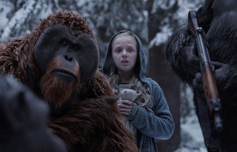 凱撒所帶領的猩猩族群在荒野村落發現一名神祕小女孩,她將是改變猩猩一族的命運的關鍵人物。(福斯提供)