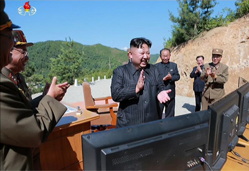 2017年7月4日,朝鮮中央電視台報導北韓成功發射「火星-14」型洲際導彈。北韓領導人金正恩在現場觀看。(東方IC)