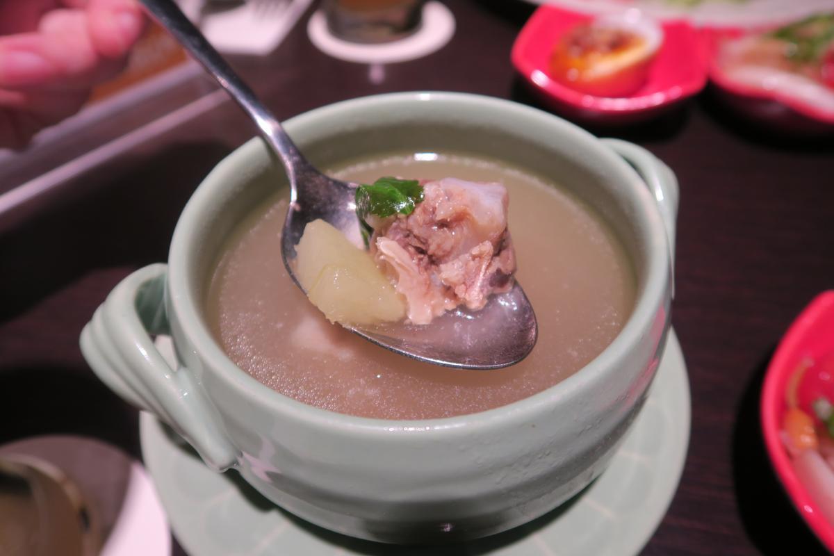 青木瓜排骨湯很有誠意,但調味過鹹,無法喝完。