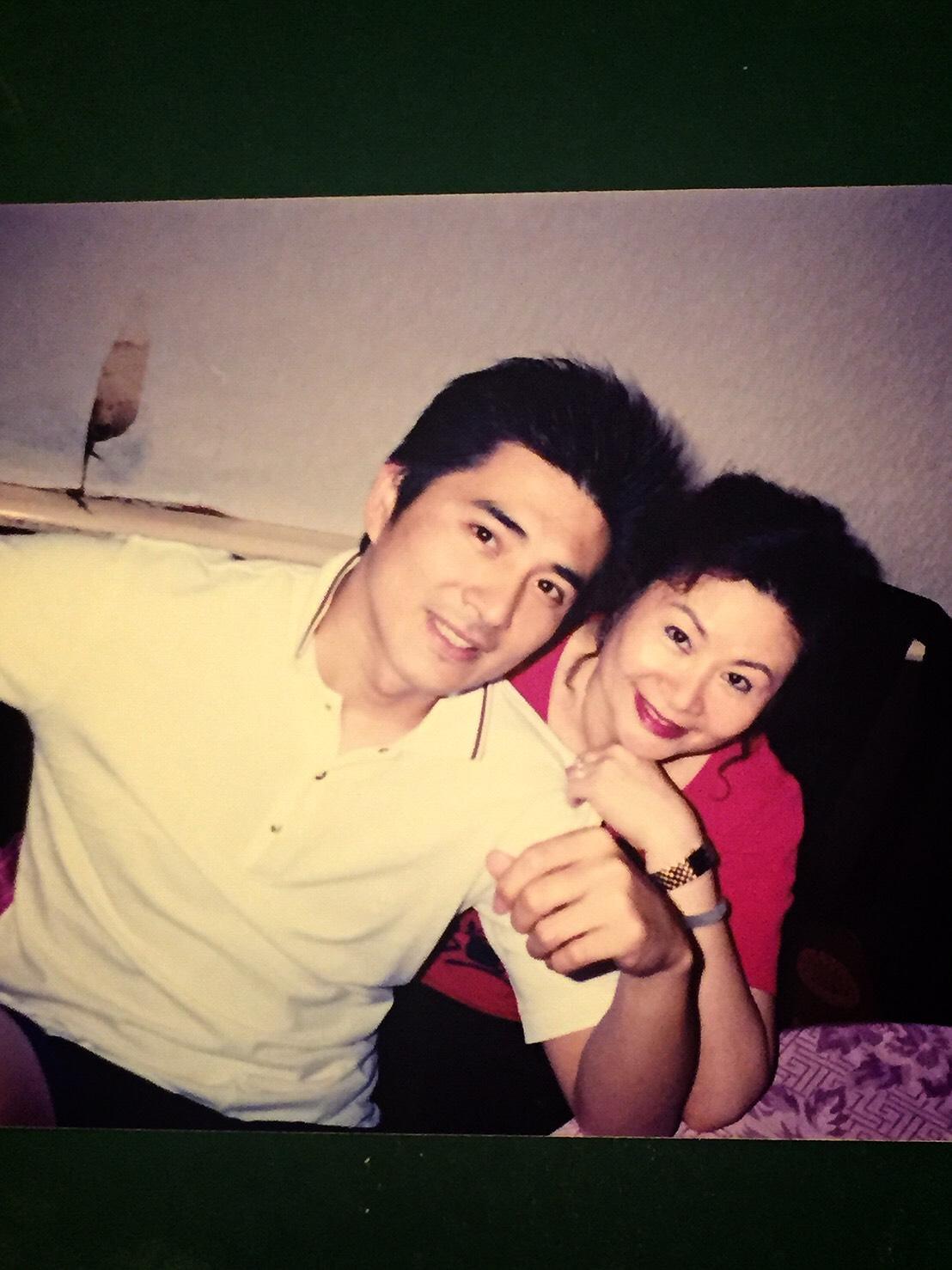 邵昕與母親易秀楓(右)感情親暱,決定踏入演藝圈時,母親陪同拍攝宣傳照。(邵昕提供)